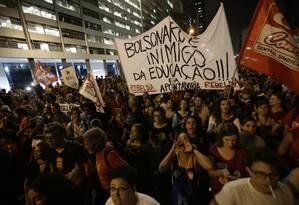 Manifestação contra bloqueio de verbas da Educação na Candelária, no Centro do RIo Foto: Antonio Scorza / Agência O Globo