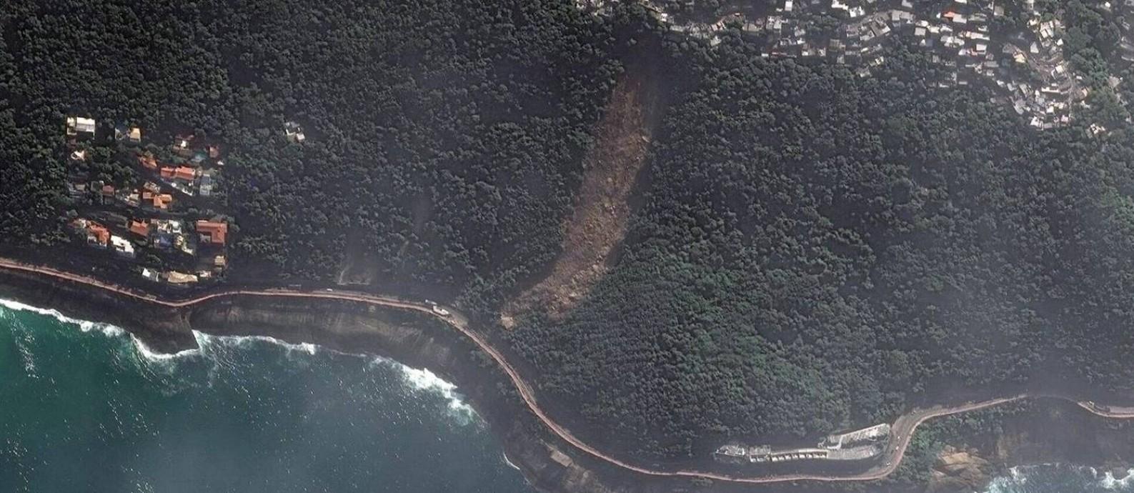 O deslizamento de terra do alto do Vidigal abriu um buraco na vegetação em abril Foto: 13/04/2019 / Satellite image ©2019 DigitalGlobe, a Maxar company