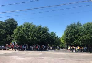 Grupos pró e contra Bolsonaro se manifestam à porta de local de homenagem, em Dallas Foto: Henrique Gomes Batista