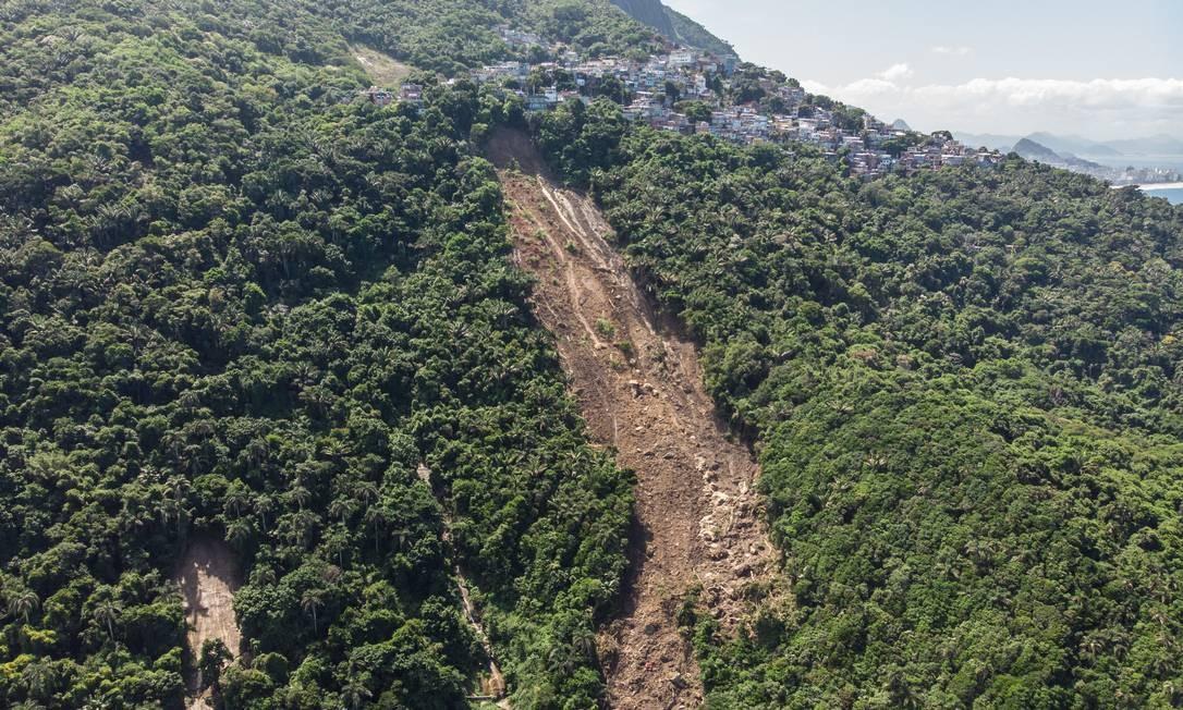 Clarão aberto na vegetação após temporal que castigou o Vidigal em abril Foto: Brenno Carvalho / Agência O Globo