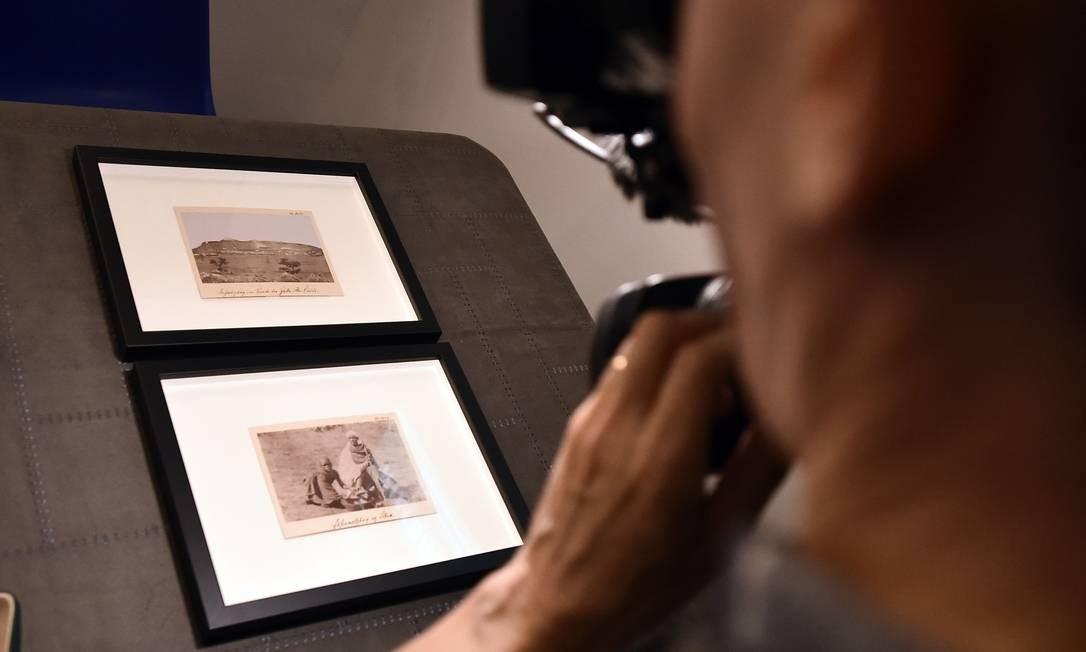 Um cinegrafista filma duas das três fotografias tiradas na Etiópia pelo poeta francês Arthur Rimbaud (1854-1891) que foram encontradas no Wetmuseum em Viena, na Áustria. As três fotografias foram reveladas pela primeira vez em 14 de maio Foto: FRANCOIS LO PRESTI / AFP