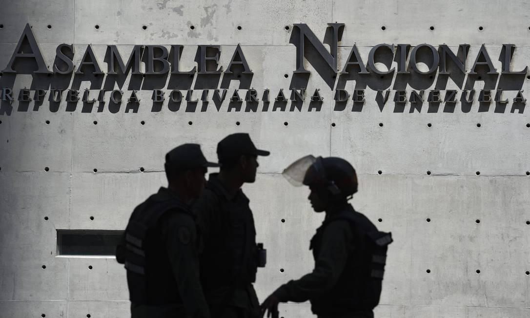 Membros da Guarda Nacional Bolivariana da Venezuela bloqueiam o acesso ao Palácio Legislativo Federal, que abriga a Assembleia Nacional, liderada pela oposição, e a Assembleia Nacional Constituinte, em Caracas, na Venezuela Foto: YURI CORTEZ / AFP
