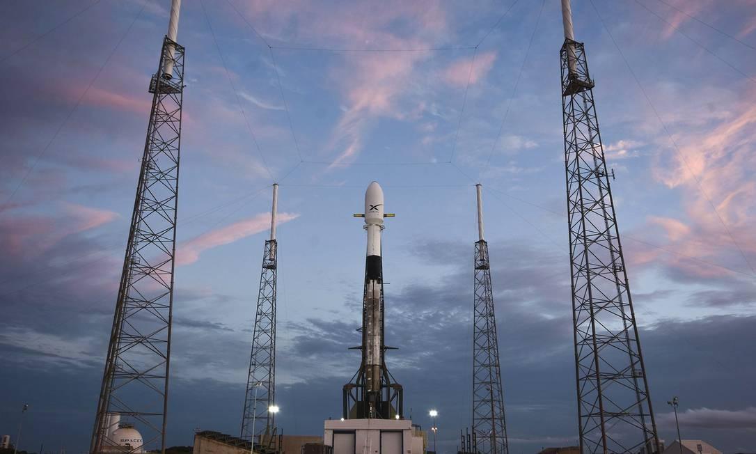 O foguete Falcon 9 um dia antes do lançamento programado de 60 satélites Starlink do Space Launch Complex 40 na Estação da Força Aérea Americana em Cabo Canaveral, na Flórida Foto: HANDOUT / AFP