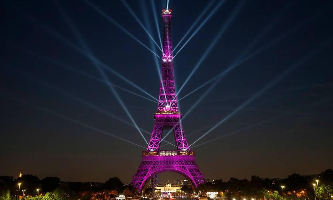 A Torre Eiffel durante um show de luzes que celebra o 130º aniversário de sua construção, em Paris Foto: ZAKARIA ABDELKAFI / AFP