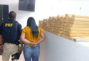 Carga de drogas apreendida no interior de veículo dirigido por mulher Foto: Reprodução/PRF