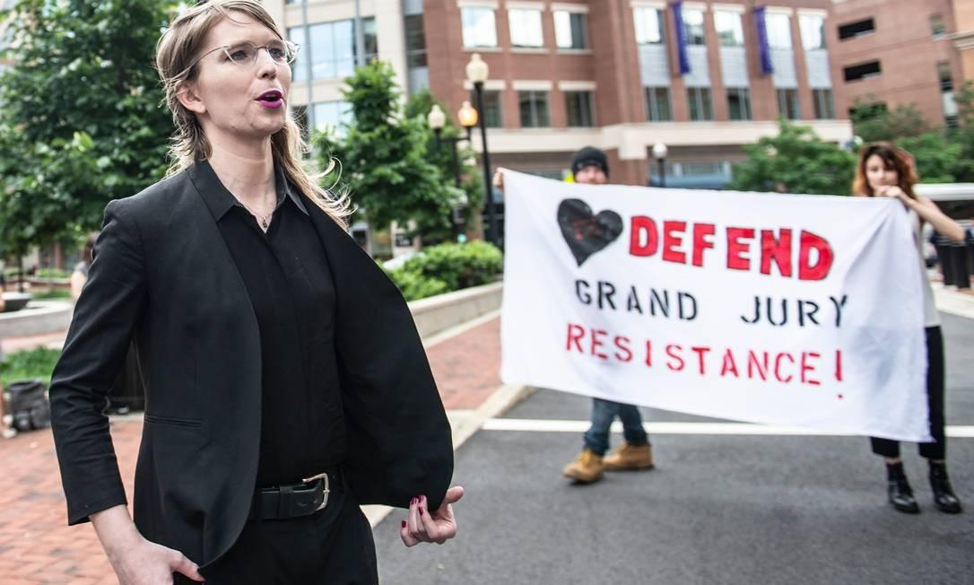 A ex-analista de inteligência militar Chelsea Manning fala com a imprensa antes do julgamento sobre o caso WikiLeaks Foto: ERIC BARADAT / AFP