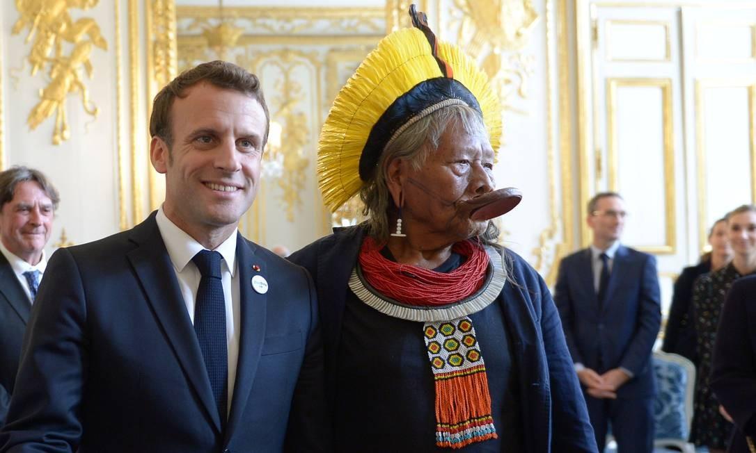 O presidente Emmanuel Macron se reuniu com o cacique Raoni Metuktire no Palácio do Eliseu, sede do governo francês Foto: POOL / REUTERS