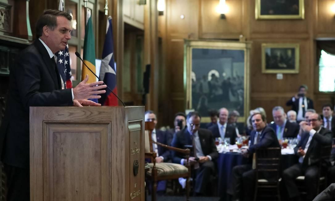 Jair Bolsonaro discursa durante cerimônia de entrega do Prêmio Personalidade do Ano pela Câmara de Comércio Foto: Marcos Corrêa/Presidência da República