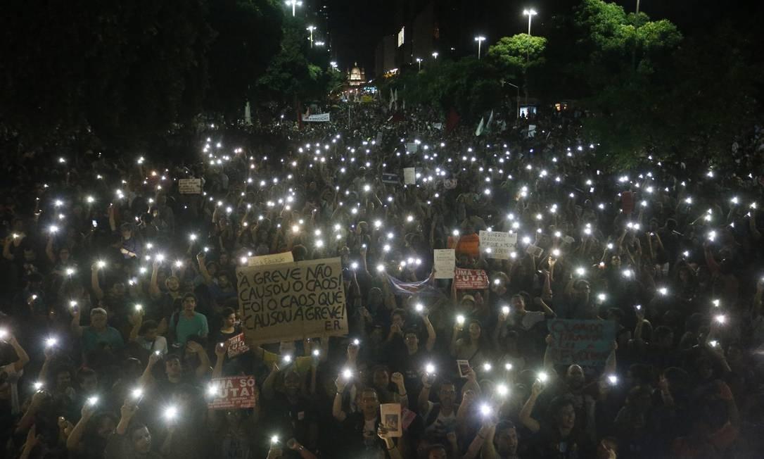 Manifestantes na Candelária, no Centro do Rio Foto: Domingos Peixoto / O Globo