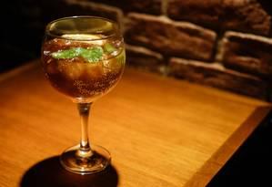 O Cold Brew Gin Tonic é preparado com café especial, gim, água tônica, limão siciliano e finalizado com hortelã Foto: Gabriela Fittipaldi / Agência O Globo