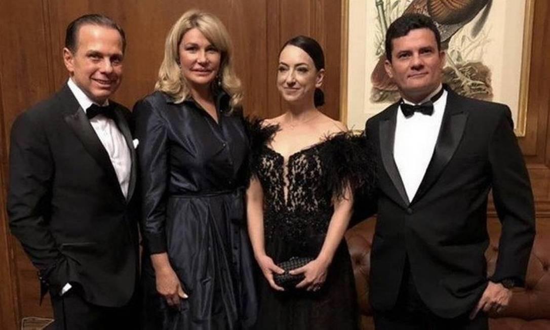 Em Nova York, Moro e a mulher Rosângela Wolff Moro com João Doria e esposa Bia Doria, durante o prêmio Personalidades do Ano Foto: Divulgação