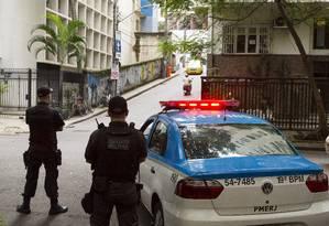Policiais fazem patrulhamento na entrada de uma comunidade no Rio 20/05/2017 Foto: Leo Martins / Agência O Globo