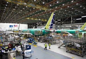 Funcionários trabalham em aeronaves Boeing 737 MAX em fábrica de Renton, nos EUA Foto: JASON REDMOND 16-05-2019 / AFP