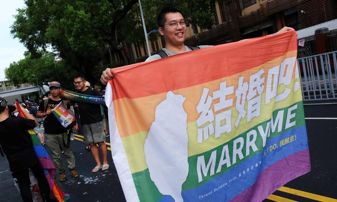 Manifestante comemora aprovação de lei que reconhece o casamento gay em Taiwan Foto: TYRONE SIU / REUTERS