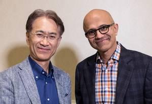 Kenichiro Yoshida, presidente e diretor executivo da Sony, e Satya Nadella, diretor executivo da Microsoft Foto: HANDOUT / REUTERS