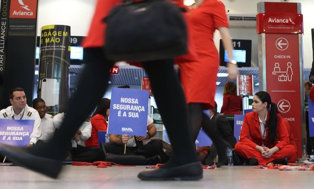 A paralisação teve início às 5h40m desta sexta-feira para reivindicar o pagamento de salários atrasados e de diárias pagas a tripulação para despesas com alimentação e transporte durante o trabalho Foto: Pedro Teixeira / Agência O Globo