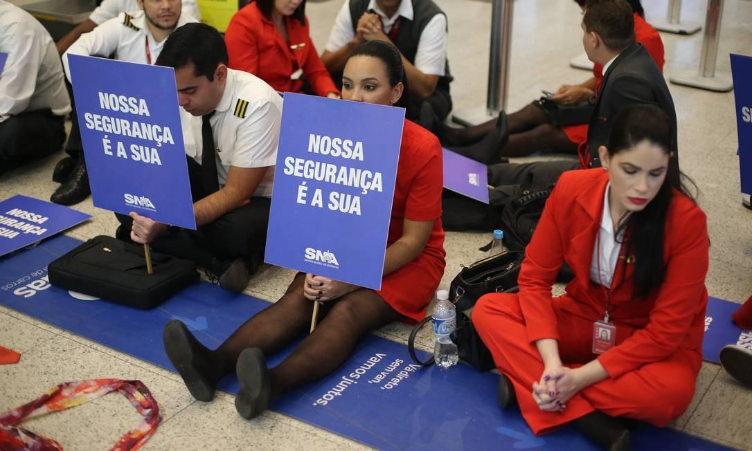A grave situação financeira da Avianca, com mais de R$ 3 bilhões em dívidas, está afugentando passageiros da companhia e forçando o cancelamento dos voos Foto: Pedro Teixeira / Agência O Globo
