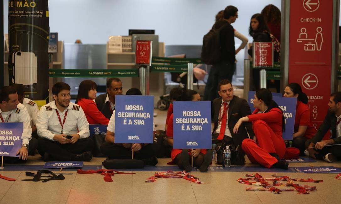 Funcionários da Avianca fizeram greve no dia 17 de maio, e voos foram cancelados no Santos Dumont e em Congonhas Foto: Pedro Teixeira / Agência O Globo