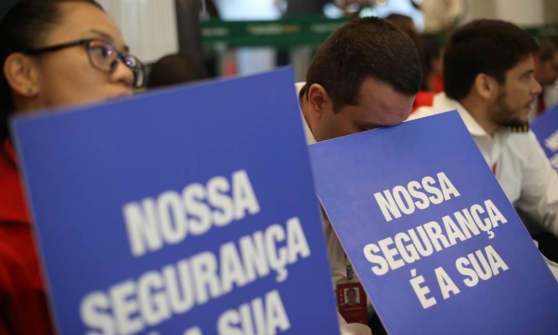 Levando cartazes, além das questões salariais, os funcionários alertavam para a segurança dos voos Foto: Pedro Teixeira / Agência O Globo