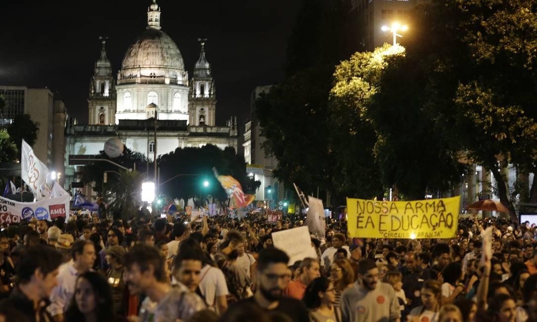 Manifestantes protestam, no Rio, contra bloqueios no orçamento da educação Foto: Alexandre Cassiano / Agência O Globo