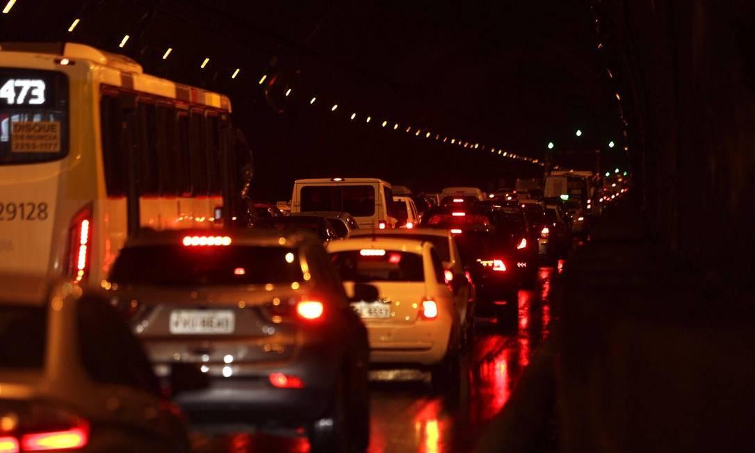 Acidente no túnel Rebouças deixa a galeria totalmente com o trânsito parado Foto: Pablo Jacob / Agência O Globo