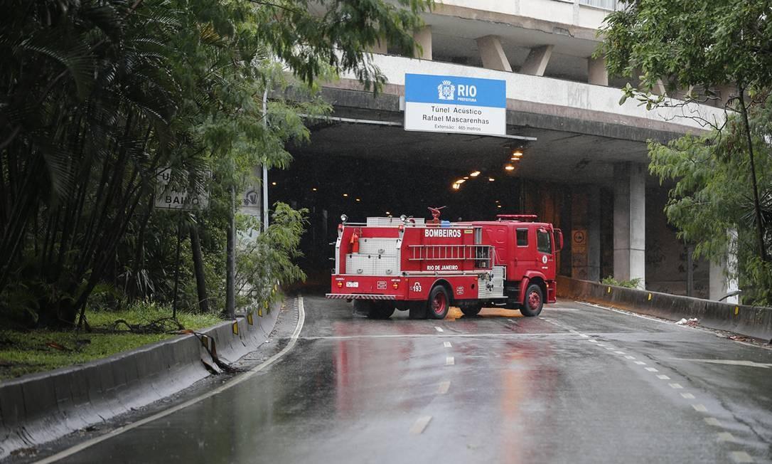 Veículo do Corpo de Bombeiros em entrada do Túnel Acústico Rafael Mascarenhas, após o desabamento de parte da estrutura Foto: Pablo Jacob / Agência O Globo