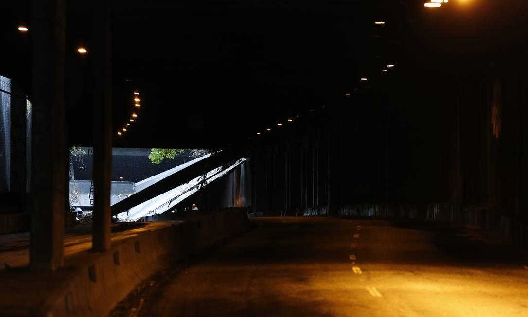 Local do túnel Acústico Rafael Mascarenhas onde a encosta deslizou e levou a estrutura do túnel Foto: Pablo Jacob / Agência O Globo