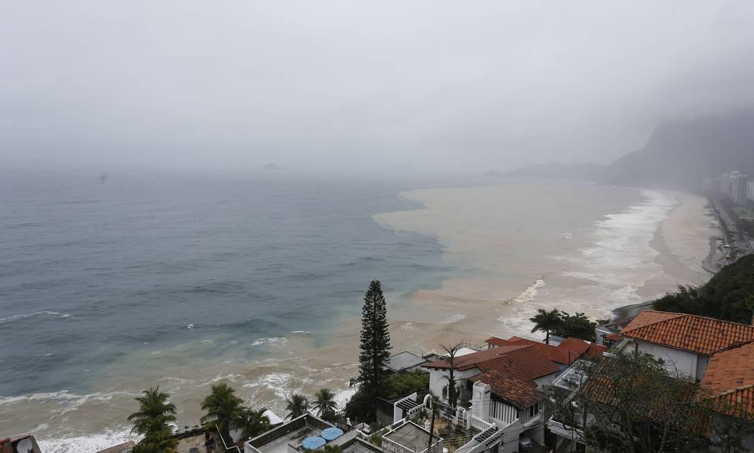 Um novo deslizamento de terra interdita novamente a Avenida Niemeyer levando lama para a praia de São Conrado Foto: Pablo Jacob / Agência O Globo