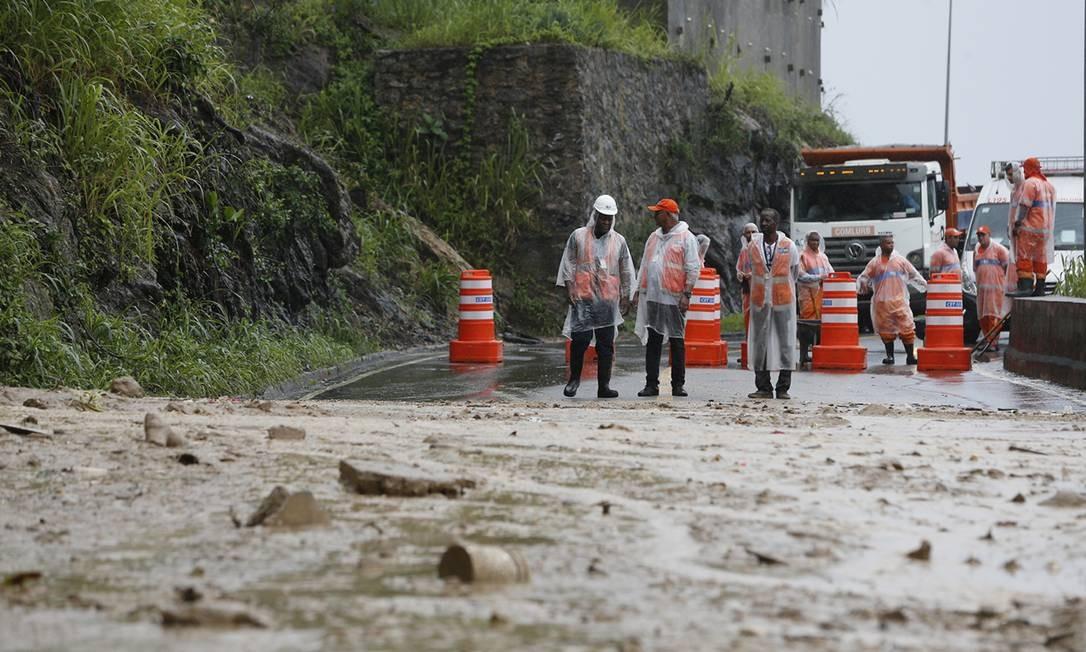 Equipe da Comlurb limpa trecho da via em que novo deslizamento de terra interditou novamente a Avenida Niemeyer Foto: Pablo Jacob / Agência O Globo
