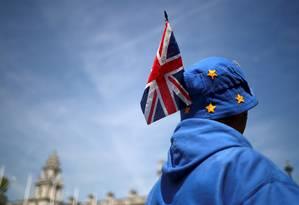 Manifestante anti-Brexit caminha perto do Parlamento britânico, em Londres Foto: HANNAH MCKAY 15-05-2019 / REUTERS