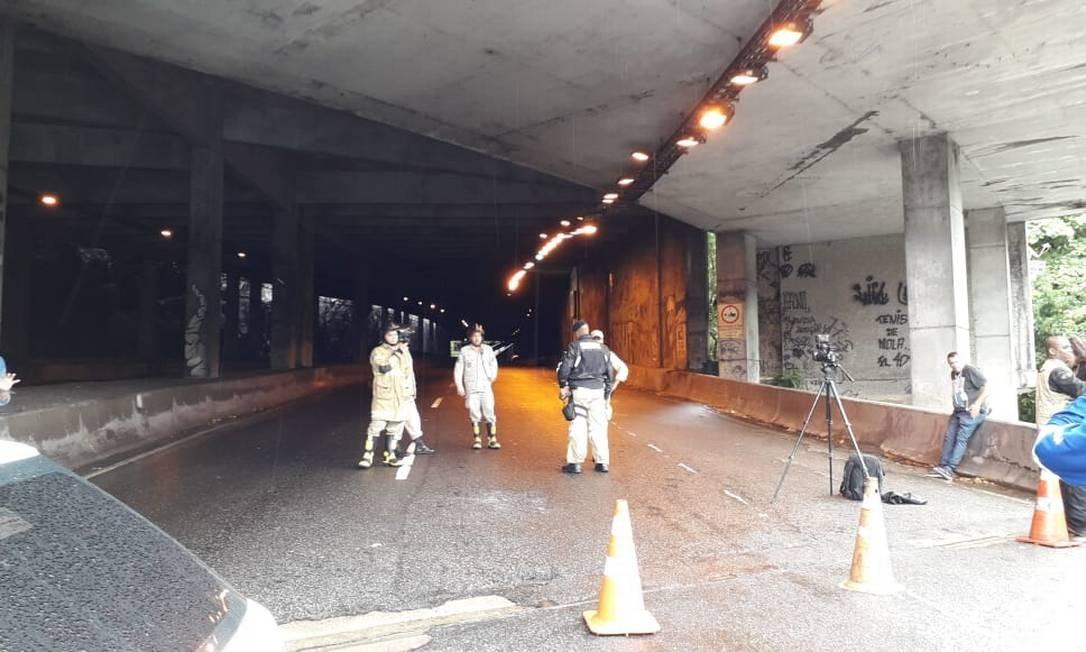 Bombeiros na entrada do Túnel Acústico, bloqueado após a queda de parte da estrutura Foto: Renan Rodrigues / Agência O Globo