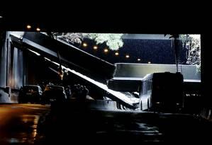 Vigas do Túnel Acústico Rafael Mascarenhas caíram sobre ônibus Foto: Pablo Jacob / Agência O Globo