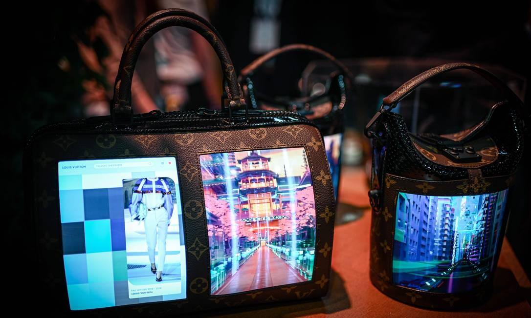 Bolsas da Louis Vuitton com tela de LCD flexível são exibidas durante a Vivaech, feira de inovação e que acontece em Paris Foto: PHILIPPE LOPEZ / AFP