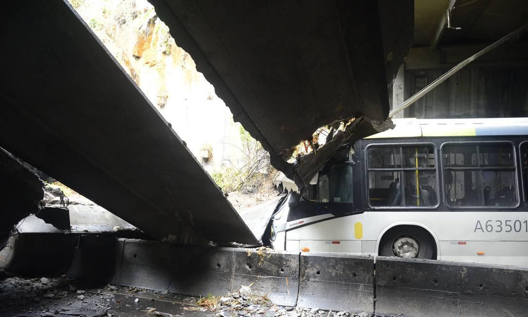 Ônibus é atingido por estrutura de concreto do Túnel Acústico Rafael Mascarenhas, que liga a Gávea a São Conrado Foto: Richards Santos / Prefeitura do Rio