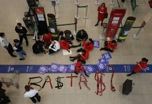 Paralização dos funcionários da Avianca no saguão do aeroporto Santos Dummond, no Rio Foto: Pedro Teixeira / Agência O Globo