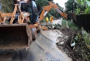 Agentes da Prefeitura de Angra dos Reis trabalham para liberar trecho da BR 101 Foto: Divulgação / Prefeitura de Angra dos Reis