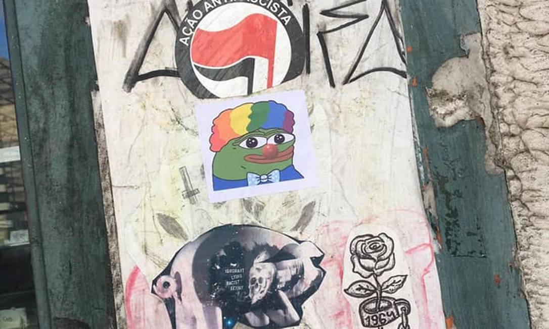 """Um adesivo do sapo """"Pepe"""" colocado por cima de um adesivo da """"Ação Antifascista"""" Foto: Reprodução"""