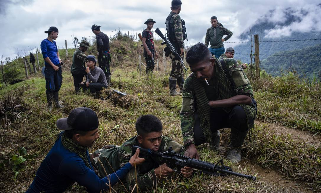 Novo integrante das Farc treina o uso de rifle, em 2018, dois anos após a realização do acordo de paz Foto: FEDERICO RIOS ESCOBAR / NYT