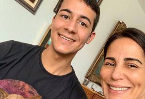 Mathues e a atriz Glória Pires durante encontro na casa da artista Foto: Instagram