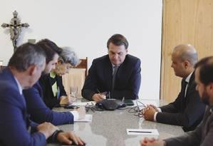O presidente Jair Bolsonaro conversa no telefone com o ex-prefeito de Nova York Rudolph Giuliani Foto: Reprodução/Twitter