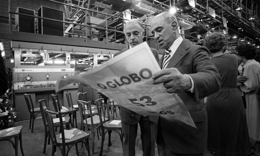 Roberto Marinho examina um exemplar do especial de 53 anos do GLOBO com o diretor-administratvo Luis Paulo Jacobina Vasconcelos Foto: Jorge Peter / Agência O GLOBO