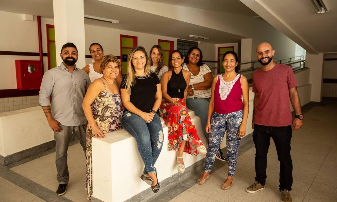 José Marcos Couto Júnior (de listras) com os professores e equipe de direção do colégio Foto: Brenno Carvalho / Agência O Globo