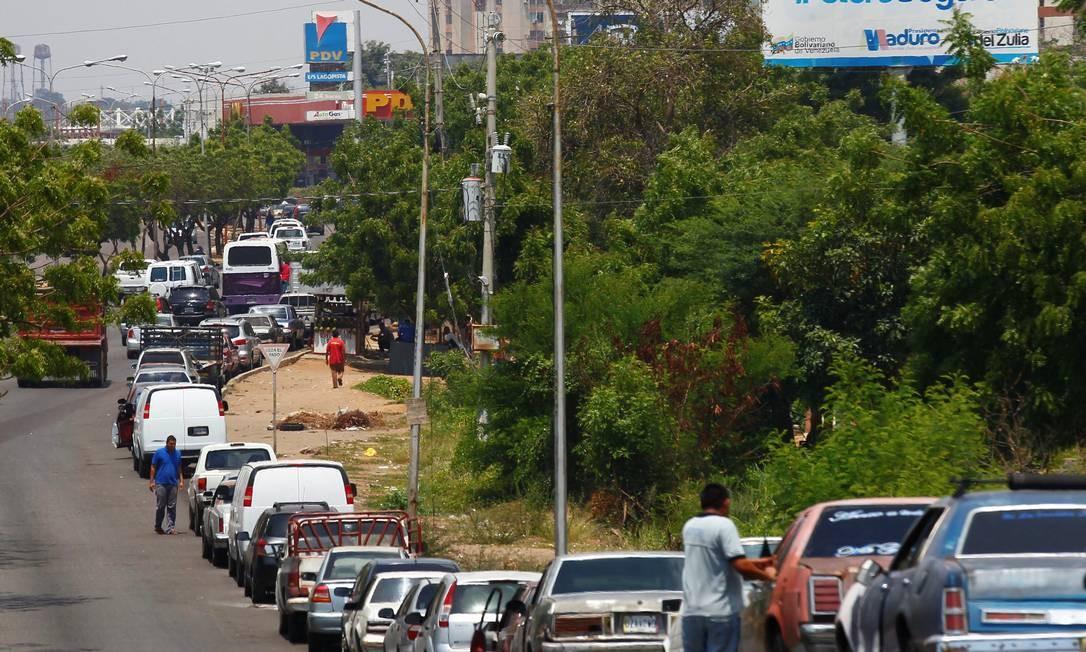 Fila de veículos à espera de combustível em Maracaibo, na Venezuela Foto: ISAAC URRUTIA / REUTERS