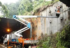 Equipes da Prefeitura estão podando a vegetação que está envolta do buraco que se abriu no teto do túnel por causa da queda das vigas Foto: Divulgação/Maurício Val (Prefeitura do Rio)