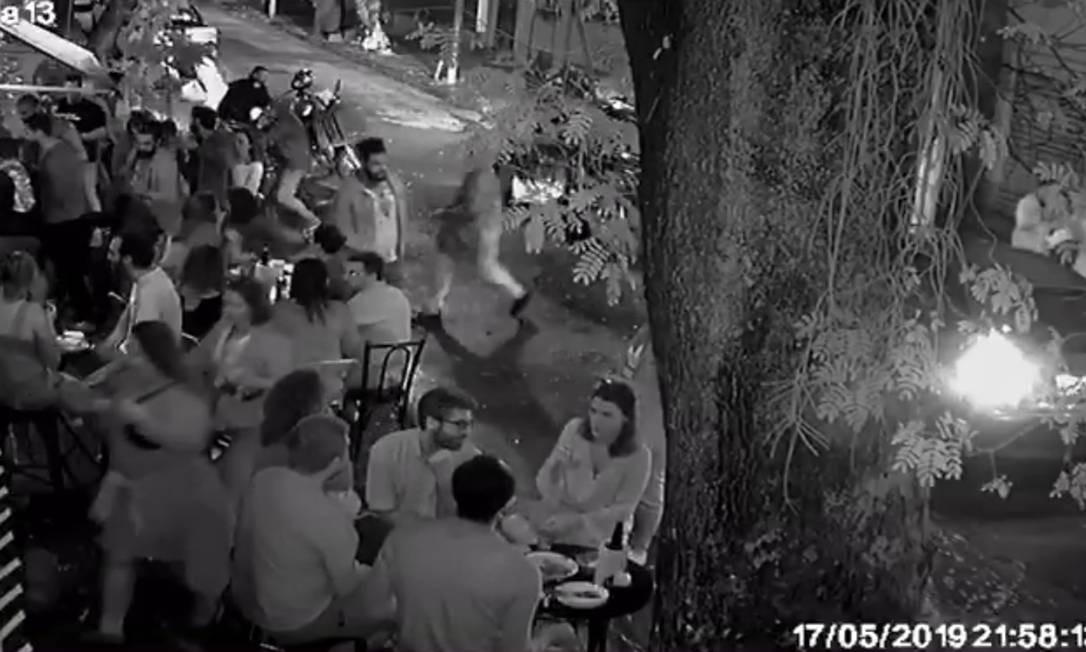 Vídeo mostra troca de tiros entre bandidos e cliente durante assalto em bar tradicional da Zona Sul