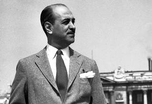 Roberto Marinho em frente ao Museu do Louvre, em abril de 1956 Foto: Arquivo O Globo