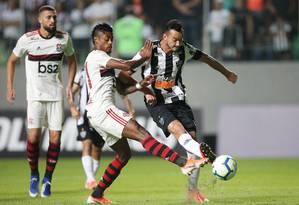 Observados por Léo Duarte, Bruno Henrique e Réver disputam a bola Foto: CRISTIANE MATTOS / REUTERS