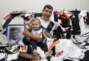 Alexandre Silva Gomes gasta quase R$ 1 mil por mês consumindo o Vasco Foto: Marcos Ramos / Agência O Globo