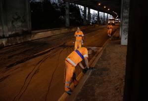 Equipe da Comlurb trabalha para retirar grande volume de terra que caiu de trecho do Túnel Acústico Rafael Mascarenhas Foto: Brenno Carvalho