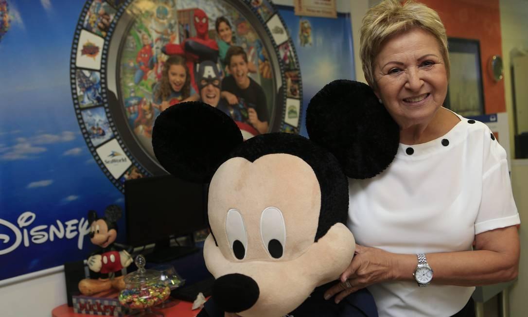 """Tia Tania com o Mickey, sua maior paixão na Disney: """"Amo tudo, mas nada se compara a ele"""" Foto: Roberto Moreyra / Agência O Globo"""